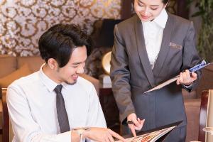 """服务员要""""懂菜"""",才能让顾客爱点菜"""
